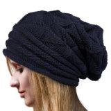 レディース秋の冬の暖かい編まれただらしない十字はキャップする帽子によって編まれるねじられたケーブルの帽子(HW107)を