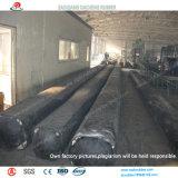 Bolsa a ar usada como o molde na construção de sargetas da tubulação