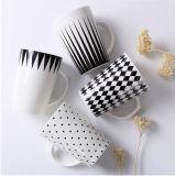 Pleine étiquette de vente de produits de couleur de café blanc chaud de corps autour de tasse de café en céramique avec la cuillère