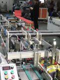 Plastikhaustier-Kasten, der Maschine klebt