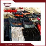 Emballage des vêtements utilisés à la mode après avoir trié