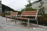 学校によって使用される屋外の木製のベンチ