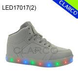 Kind-Sport, der LED-helle Schuhe oder Aufladungen mit grellem Licht laufen lässt