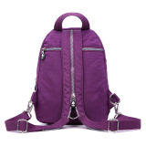 As meninas educam o saco de ombro roxo ao ar livre do lazer da forma