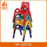 木椅子が付いている積層の幼稚園の家具の教室表