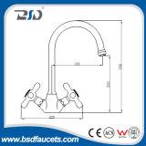 Monobloc установленный палубой Faucet кухни Tradtional крома крана смесителя раковины