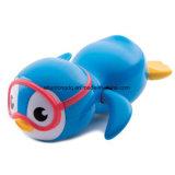 Munchkin는 파란 위로 수영 펭귄 목욕 장난감을 감는다