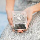 De duidelijke AcrylDoos van de Trouwring in de Handen van de Bruidegom