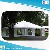 透過贅沢な結婚式のテント