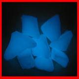 Roccia blu di incandescenza nello scuro