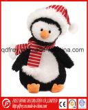 Beau jouet bourré de pingouin avec le réchauffeur rose d'oreille