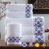 Китая цены по прейскуранту завода-изготовителя Терри хлопка полотенце 100% ванны установленное с вышивкой сатинировки
