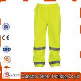 Le travail r3fléchissant de sûreté d'hommes élevés de visibilité halète le pantalon de cargaison