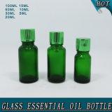 Bouteilles d'huile essentielle en verre vert avec le réducteur d'orifice