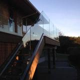 Pasamano de cristal de la escalera con la barandilla del acero inoxidable