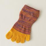 Beunruhigt verblassen fünf Zehe-Socken