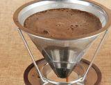 El acero inoxidable del goteador del café vierte sobre el filtro de café del cono