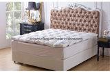 La pluma blanca decorativa casera abajo conforta los primeros del colchón
