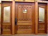 Entrada de la puerta de madera maciza para apartamento
