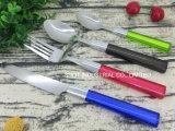 Het kleurrijke Plastic Tafelgereedschap van het Handvat Geplaatste/de Reeks van het Bestek