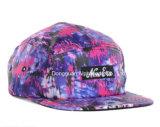 編まれたラベルが付いているピンクのキャンピングカーの帽子