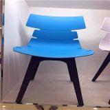 椅子か椅子の食事を食事しているイタリアの現代プラスチックレプリカEmes Eiffel