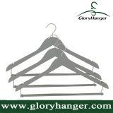 De Grijze Houten Hanger van uitstekende kwaliteit van het Kostuum/van de Broek met de Staaf van het Sluiten