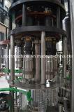 Máquina de engarrafamento pequena da água bebendo de água mineral