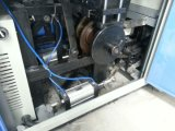 機械を形作るペーパーコーヒーカップの超音波シーリング