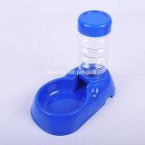 Шар и бутылка воды собаки продуктов любимчика качества еды выпивая