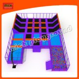 Sosta dell'interno del gioco del trampolino con il pozzo della gomma piuma per i bambini