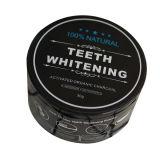 Zähne, die das Holzkohle-Puder gebildet vom organischen Kokosnuss-Shell weiß werden