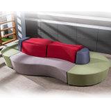 メタル・ベース円形のクロムが付いている曲げられた形ファブリックラウンジのソファー