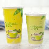 Quitar la taza de papel aislada del té con la cubierta