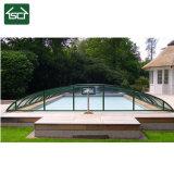 Couverture de piscine d'hiver avec le chargement de la neige
