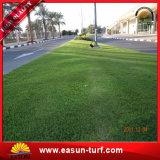 Césped falso de la hierba del césped que ajardina la hierba artificial sintetizada