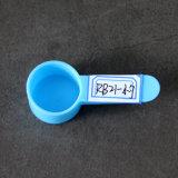 يطبّق ملعقة صغيرة بلاستيكيّة إلى [كنسومبل] طبيّة