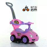 Bébé en plastique sur le trajet en voiture jouet