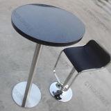 A barra preta redonda pequena mesa com cadeiras