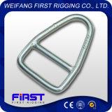 La goccia ha forgiato l'anello del triangolo del metallo con la crociera