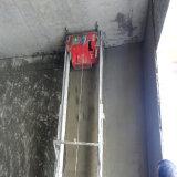 Mur en béton de construction plâtrant le matériel de machines