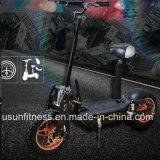 セリウムが付いている折られたEのスクーターのバランスをとっている2000人のワットの自己