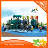 Diapositiva al aire libre del patio del jardín de la infancia con deslizar a tarjetas