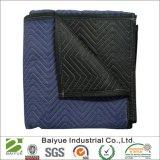 El azul y negro de tela tejida moviendo una manta para mover muebles