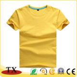 Enfants vêtant le T-shirt de garçon de gosses