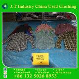 Verwendete Winter-Kleidung in verwendetem kleidendem Rasterfeld-Hemd mit schöner Art