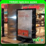 Diodo emissor de luz tomado o partido dobro ao ar livre Lightbox Mupi que anuncia a caixa leve