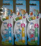 Toothbrush bonito do bebê com carro do brinquedo