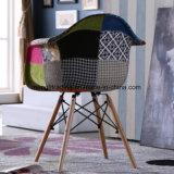 Vidrio y cromo que cenan la silla con los apoyabrazos que cenan la silla