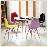 Moderne Gaststätte, die Stuhl, Stab-Stuhl mit bunten Plastiksitzen speist